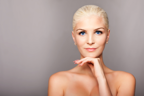portrait face of happy smiling beautiful blond woman with blue eyes and smooth skin-img-blog